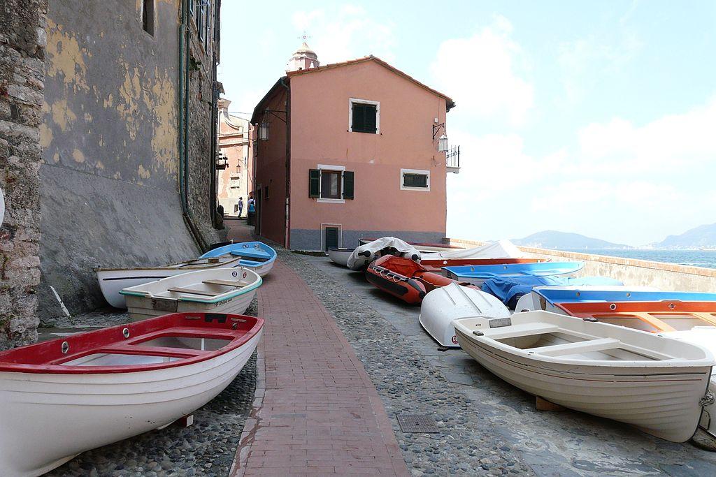 Barche per le vie di Tellaro. Ph. Credit Davide Papalini