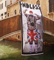 Street art, lo striscione di Endless contro il turismo irrispettoso a Venezia