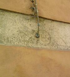 Il cristogramma di via Santa Maria a Carrara: la memoria bucata