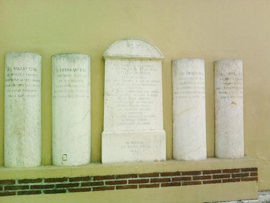 Le lapidi vicino alla chiesa di San Marco ricordano la storia di Borghetto