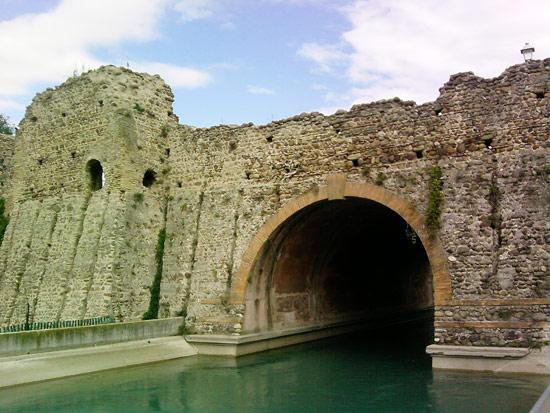 Le rovine del ponte visconteo a Borghetto