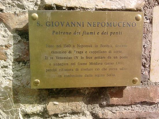 La targa ci ricorda la storia di san Giovanni Nepomuceno, patrono di ponti e fiumi