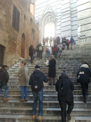 Un gruppo di ragazzi in visita al Duomo di Siena