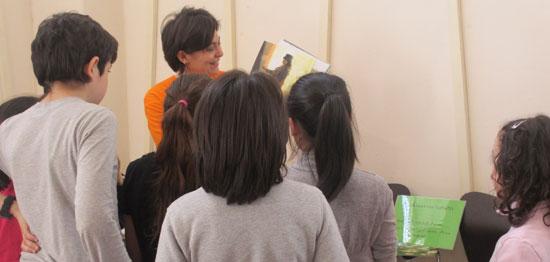 Leontina Sorrentino con alcuni piccoli visitatori di un museo