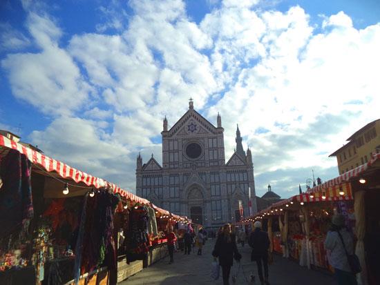 Il mercatino natalizio di piazza Santa Croce a Firenze con la basilica sullo sfondo