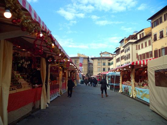 Alcuni banchi del mercatino natalizio di piazza Santa Croce a Firenze