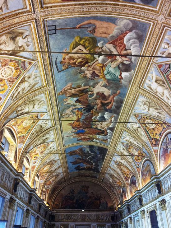 La volta della Galleria degli Specchi di Palazzo Ducale