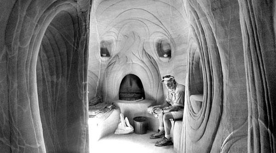 Ra Paulette in una delle sue caverna