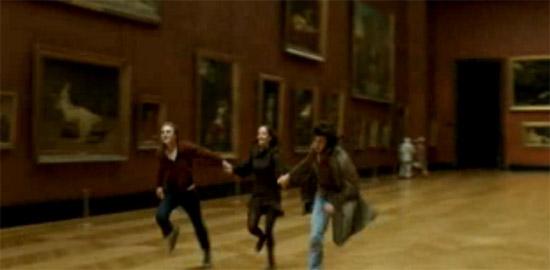 Isabelle, Théo e Matthew corrono nei corridoi del Louvre