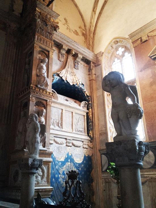 Sulla sinistra, l'arca degli antenati e dei discendenti di Sigismondo