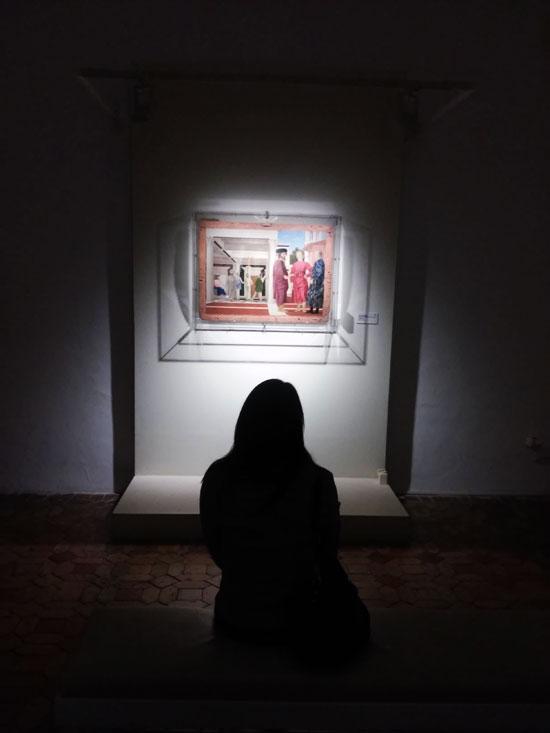 Ilaria contempla la Flagellazione di Piero della Francesca