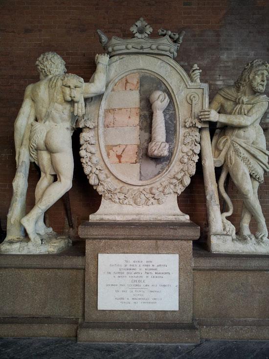 Lo stemma comunale di Cremona sotto la Loggia dei Militi