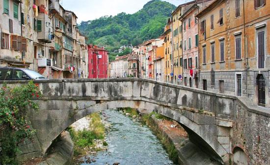 Carrara, la Regione vuole abbattere i ponti storici per piano anti alluvioni. Oggi la mobilitazione per salvarli