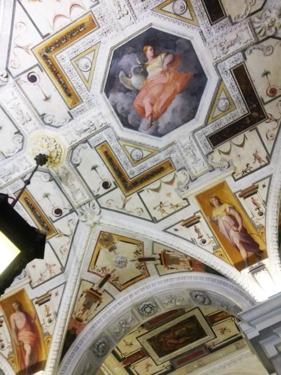 Nel medaglione Leda, e nei peducci dell'arco Apollo e Diana