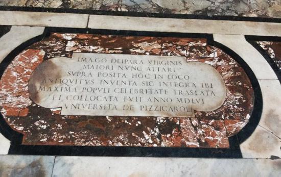 L'iscrizione che ricorda la collocazione nella chiesa dell'immagine miracolosa