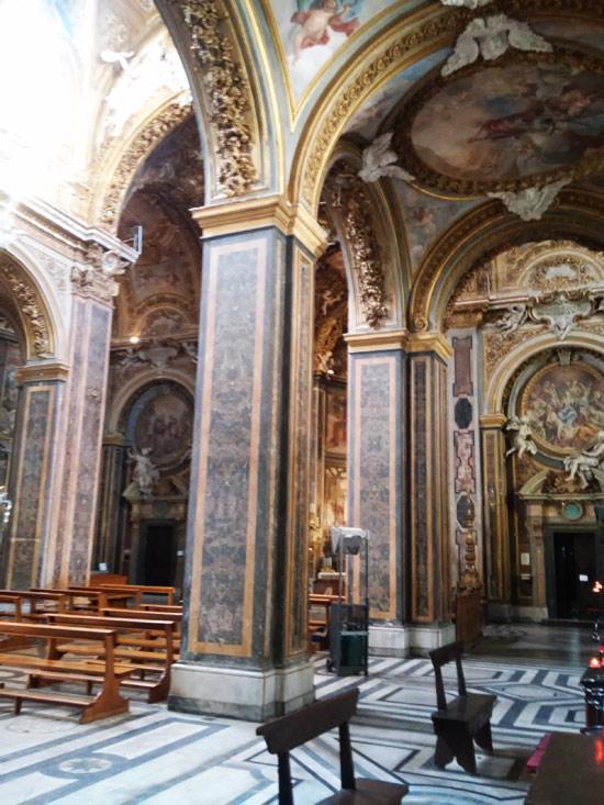 La navata destra di Santa Maria dell'Orto