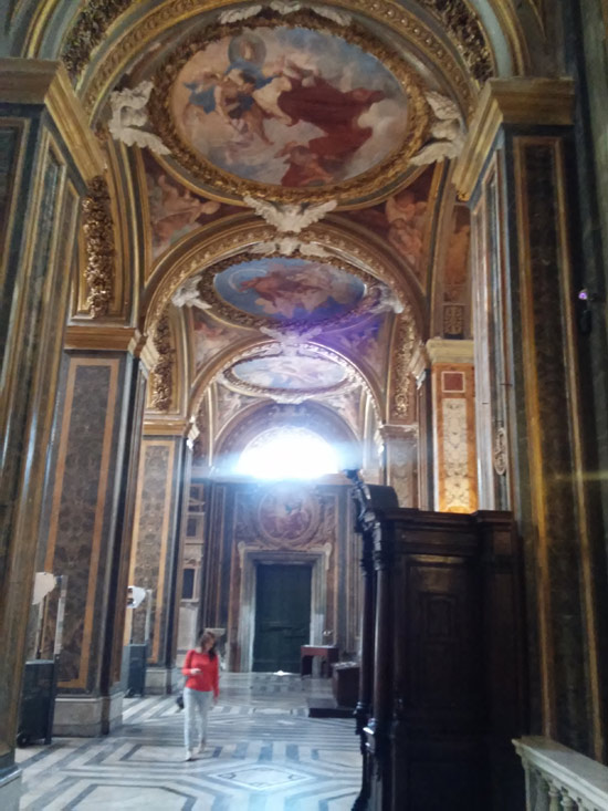 La navata sinistra di Santa Maria dell'Orto.