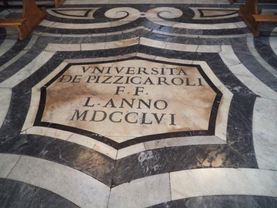 L'iscrizione pavimentale dell'Università dei Pizzicaroli