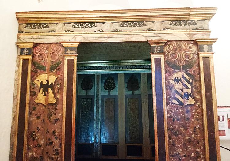 La parete d'ingresso dell'alcova del Duca