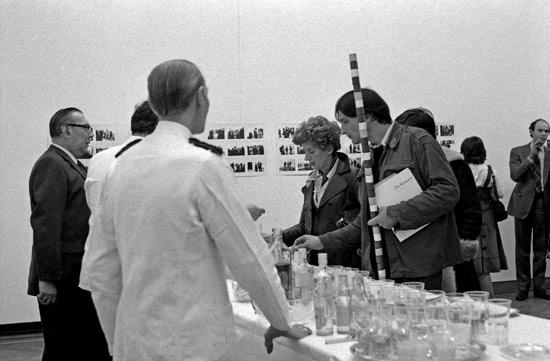 André Cadere all'inaugurazione di una mostra