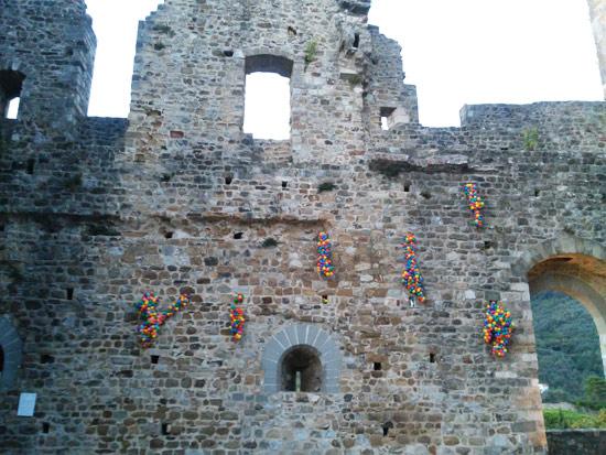 Five steps to a dream di Zino sulla facciata del Castello dei Vescovi di Luni