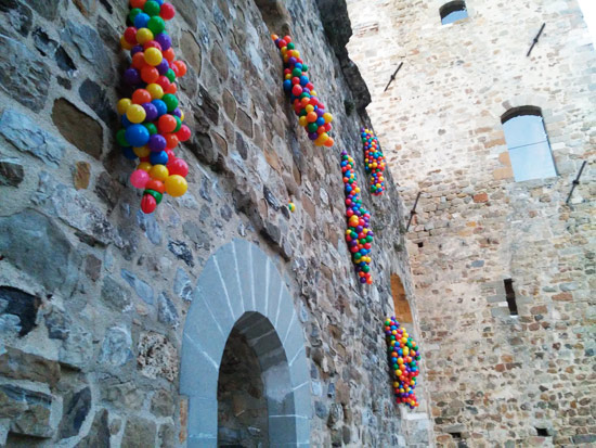 L'installazione Five steps to a dream di Zino sulla facciata del Castello dei Vescovi di Luni