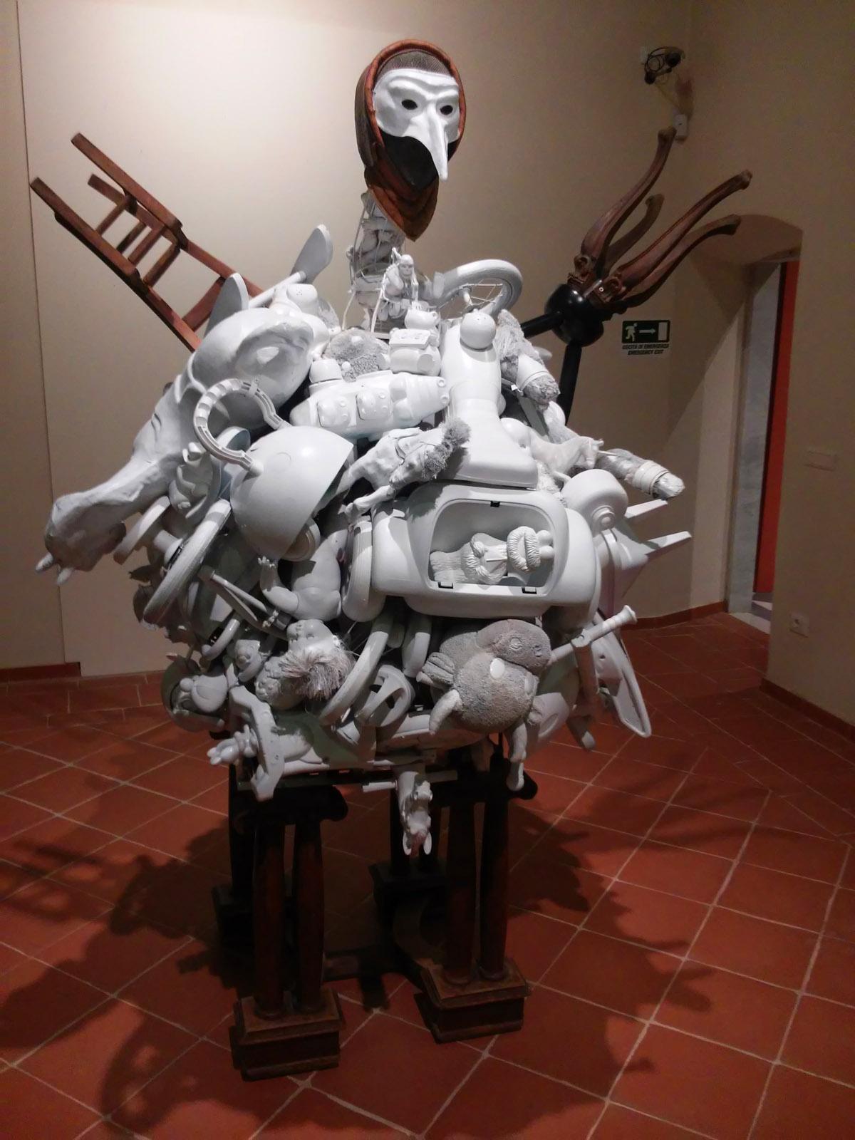 Daniel Spoerri, Il fantasma della fame (Assemblaggio, h. 220 cm)