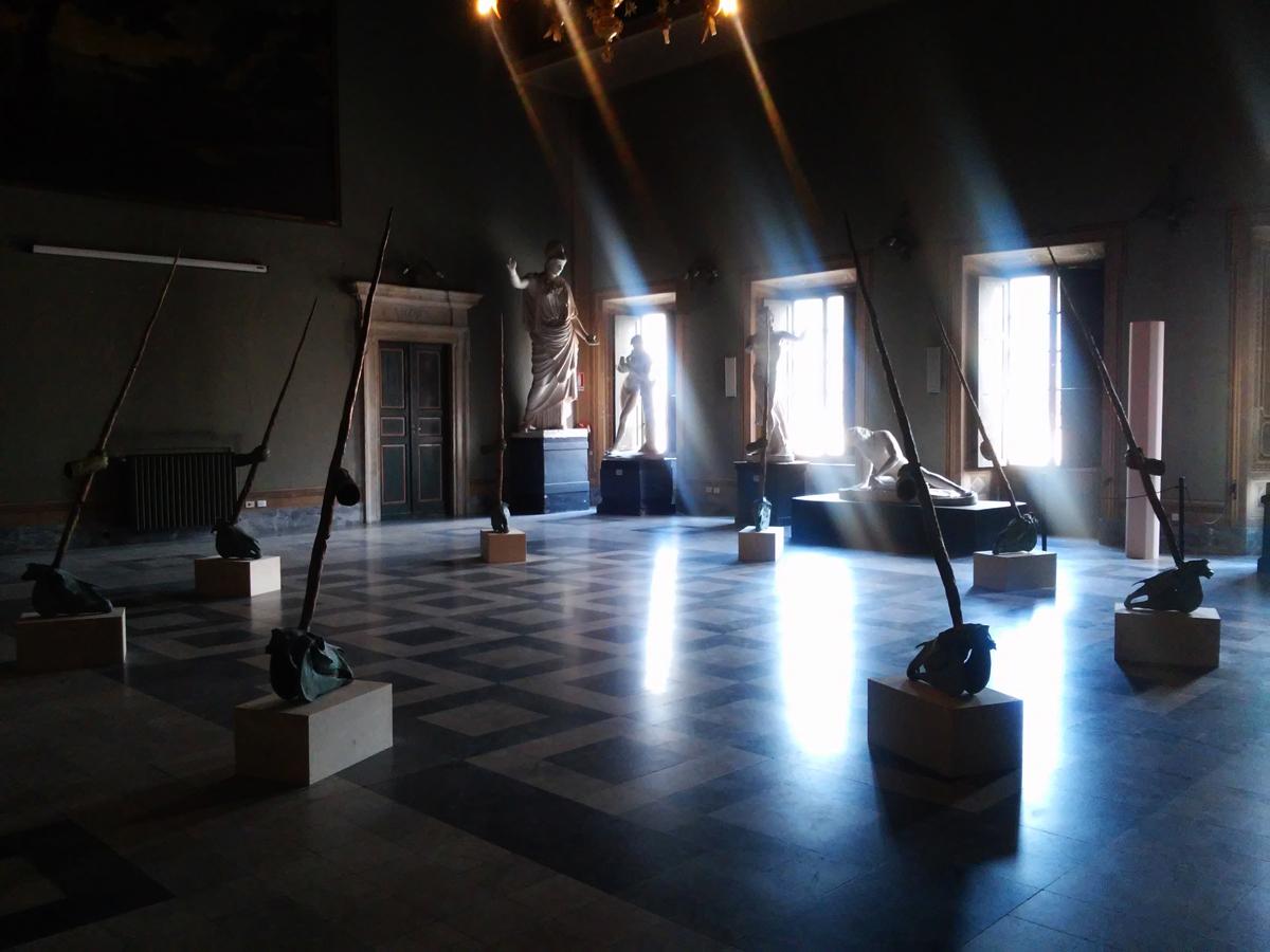"""Daniel Spoerri, L'installazione """"L'ombelico del mondo"""" all'Accademia di Belle Arti di Carrara"""