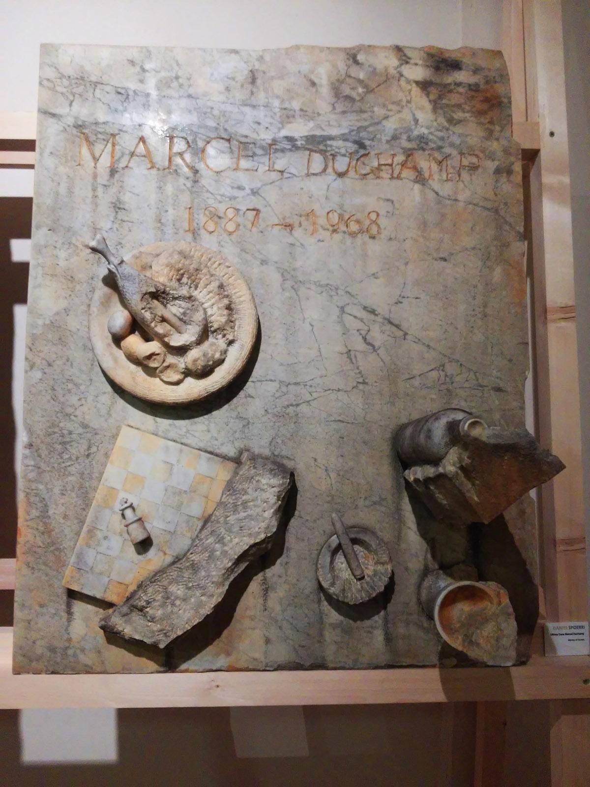 Daniel Spoerri, Ultima Cena - Marcel Duchamp (marmo di Carrara)
