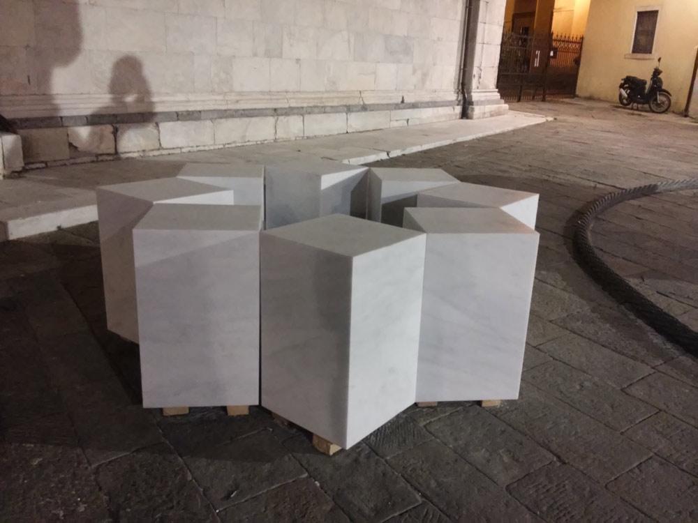 Remo Salvadori, Non si volta chi a stella è fisso (2016; marmo statuario, 215x215x72 cm; Carrara, Piazza del Duomo)