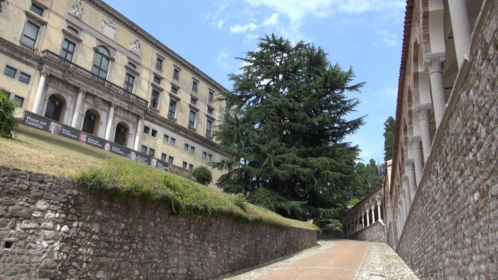 Il Porticato del Lippomano sulla salita verso il Castello