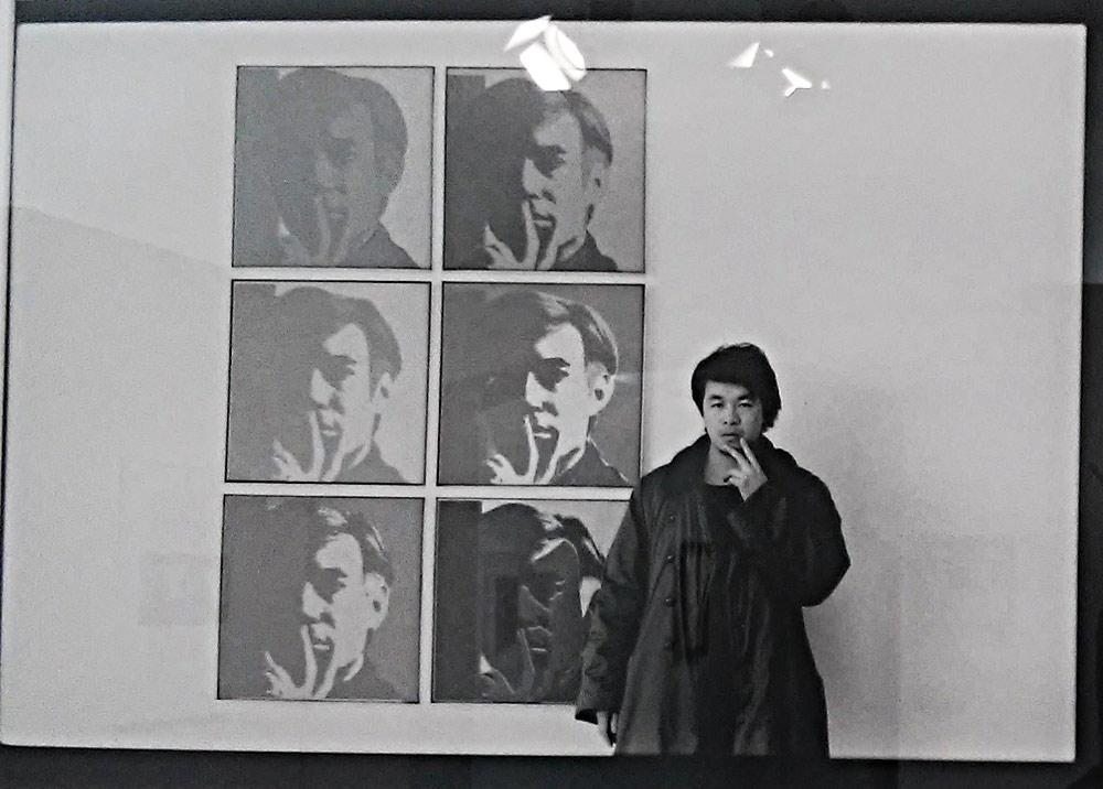 Ai Weiwei si fotografa assieme all'autoritratto di Andy Warhol negli anni Ottanta