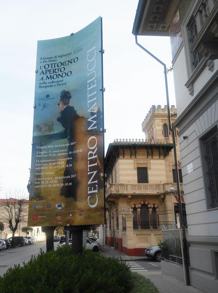 Il manifesto della mostra davanti all'ingresso del Centro Matteucci