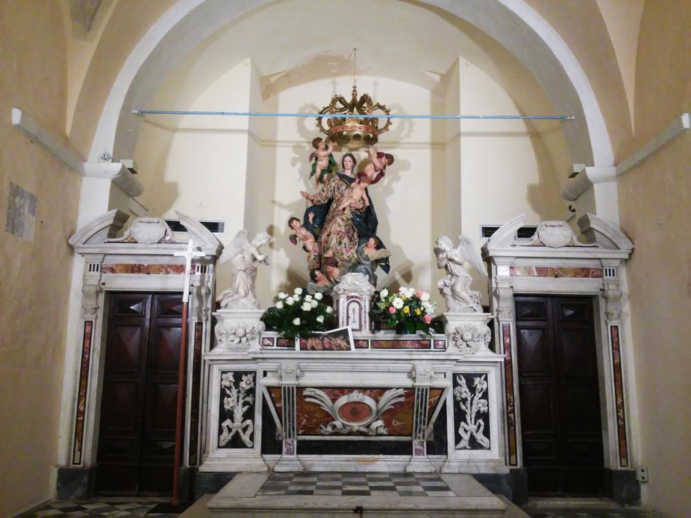 La Madonna del Rosario dietro l'altare seicentesco nel Battistero del Duomo di Carrara