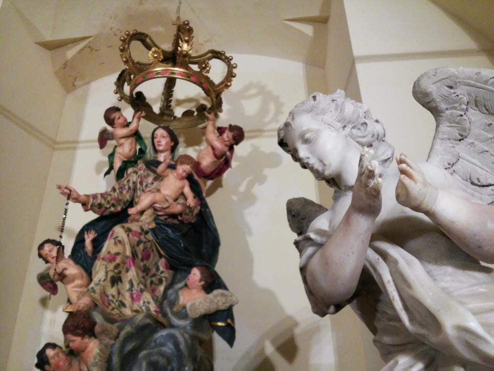 La Madonna del Rosario con uno dei due angeli dell'altare