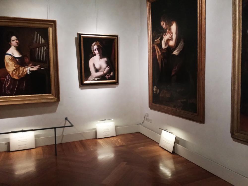 Sezione romana: le opere di Antiveduto Gramatica (a sinistra la Santa Cecilia, a destra la Cleopatra) e la Maddalena penitente di Giovan Francesco Guerrieri