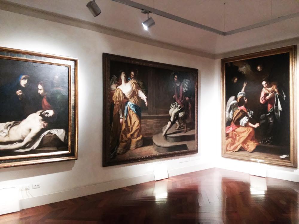 Sezione napoletana: a sinistra il Compianto di Ribera, al centro Ester e Assuero di Artemisia, a destra Annunciazione di Artemisia