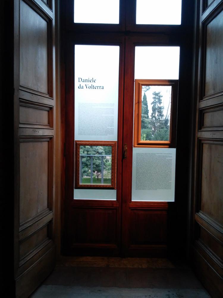Finestra allestita con biografia di Daniele da Volterra