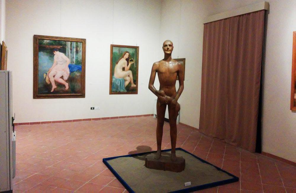 La sala con le opere realizzate in Versilia