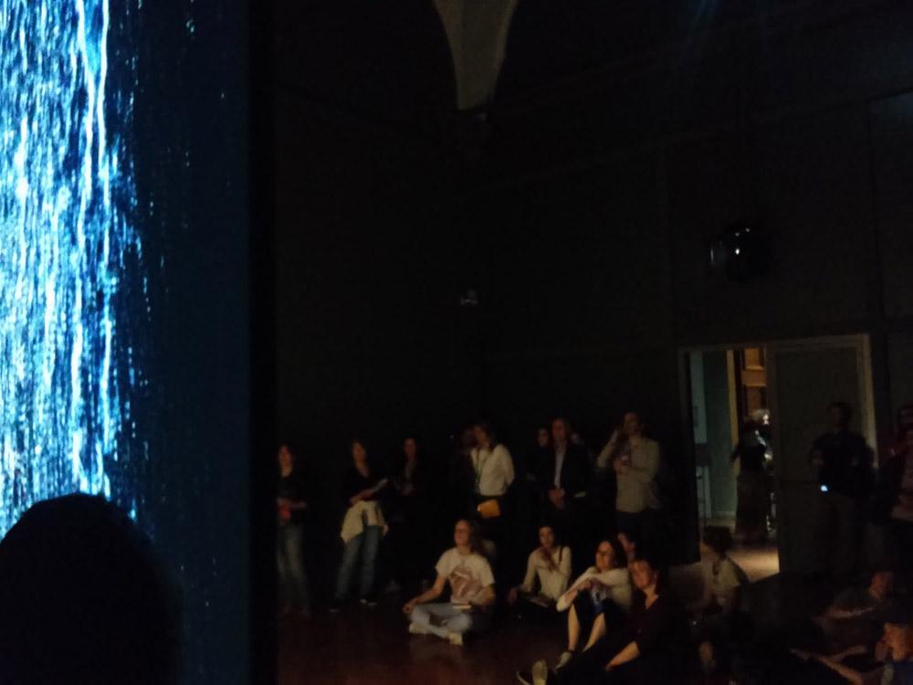 Il pubblico nella prima sala della mostra