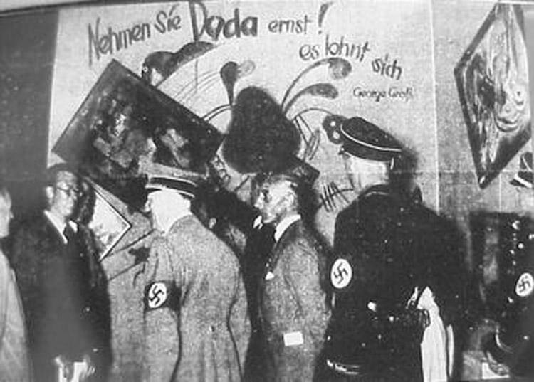 Adolf Hitler (secondo da sinitra) supervisiona la mostra di Monaco di Baviera con Adolf Ziegler (primo da sinistra)