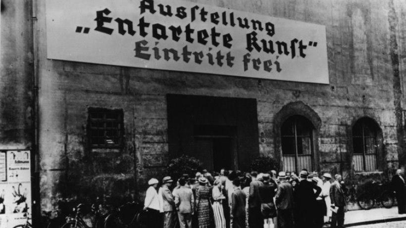 Il pubblico in coda per entrare alla mostra Entartete Kunst di Monaco di Baviera