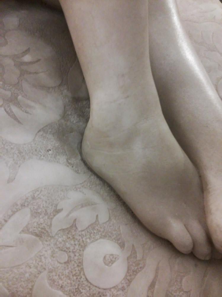 Giovanni Dupré, Sonno dell'innocenza, dettaglio dei piedi