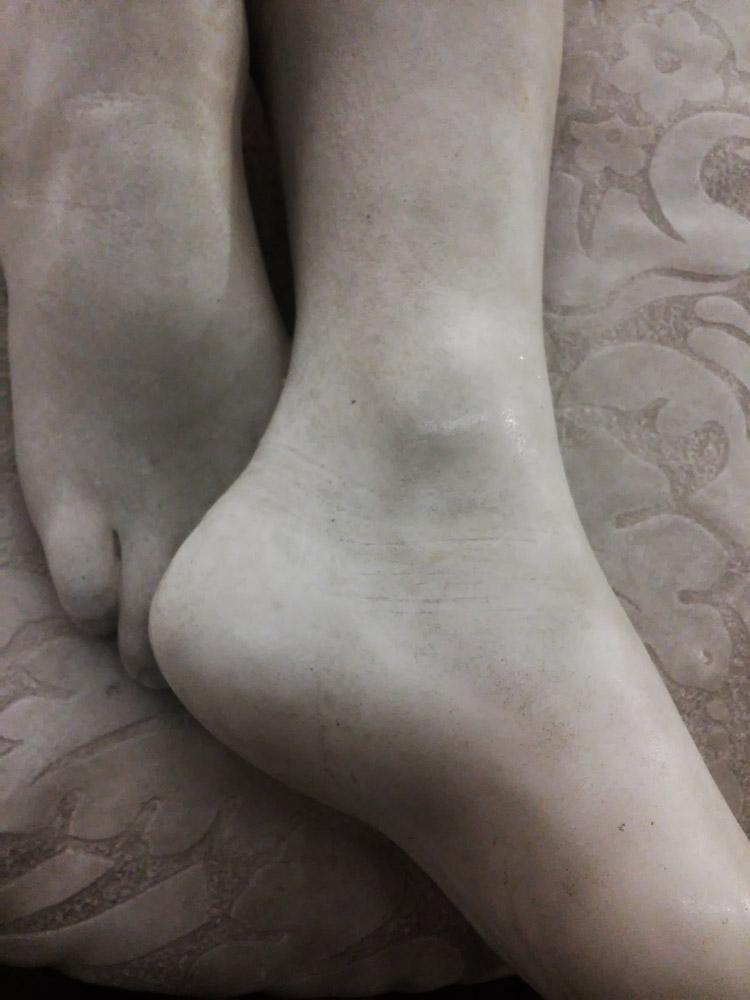Giovanni Dupré, Sonno dell'innocenza, dettaglio delle pieghe della pelle