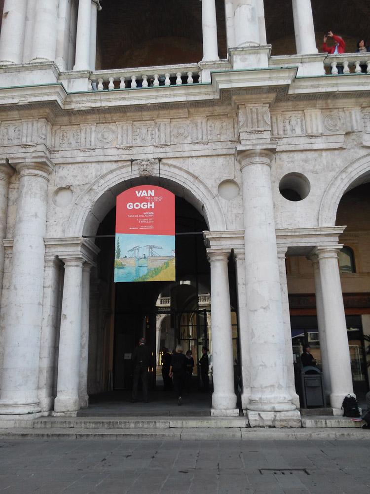 L'ingresso della Basilica Palladiana a Vicenza per la mostra su van Gogh