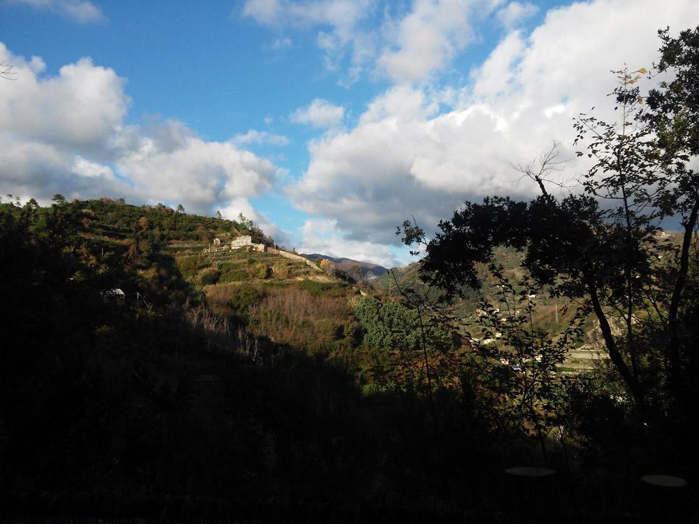 Il castello nemico in lontananza sulla collina