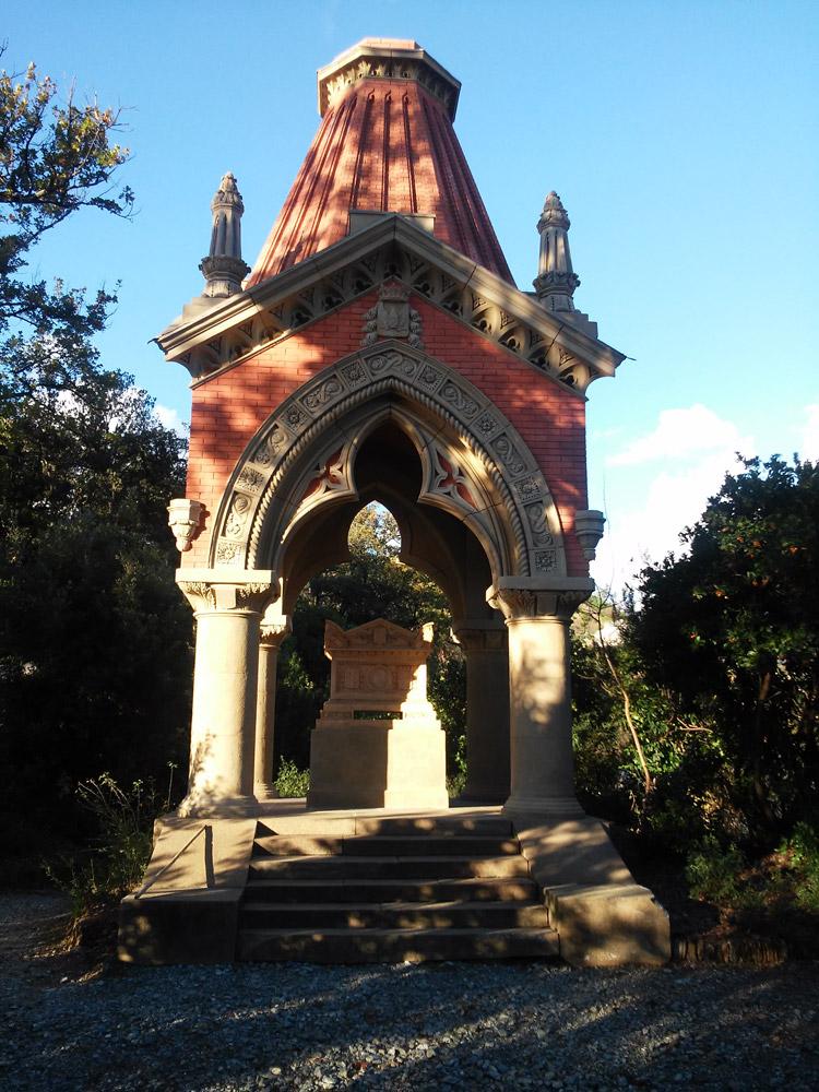 Atto II, Scena IV: il mausoleo del Capitano