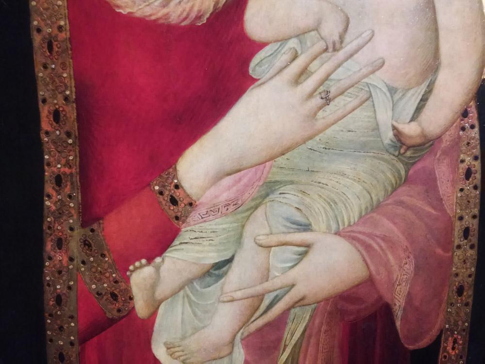 Ambrogio Lorenzetti, dettaglio della Madonna col Bambino dal trittico di san Procolo