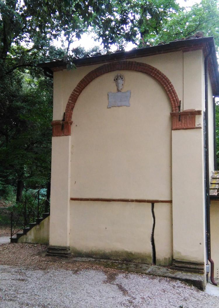La Cappella della Crocifisisone con all'esterno la finta crepa