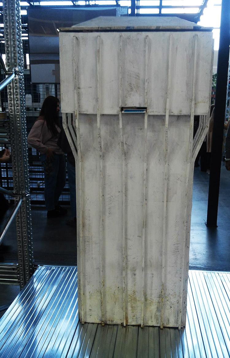 Luca Vitone, Wide City (1998; modello in legno della Torre Velasca, vernice ad acqua, 40 stampe fotografiche a colori montate, mappe turistiche di Milano, 140 x 60 x 37 cm)